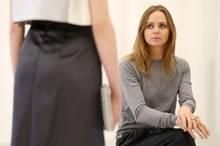 """Die international erfolgreiche Modedesignerin Stella McCartney sichtet als Schirmherrin des """"DfT""""-Awards 2013 die Kollektionen der fünf Finalisten."""
