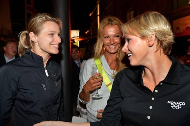 Spaß unter Sportlerinnen: Britta Heidemann (l.) traf bei den Olympischen Spielen in London Schwimm-legende Franziska van Almsick (M.) und Fürstin Charlène von Monaco, die früher auch Schwimmerin war.