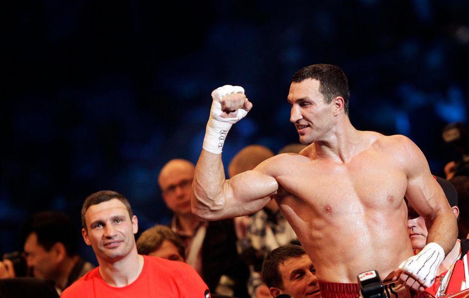 Siegerpose: Wladimir Klitschko freut sich über die Unterstützung von Hayden Panettiere.