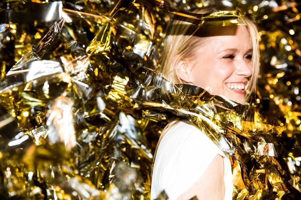 Glittergirl: Nova Meierhenrich steuerte bei der Vernissage sofort die Goldgardine an.