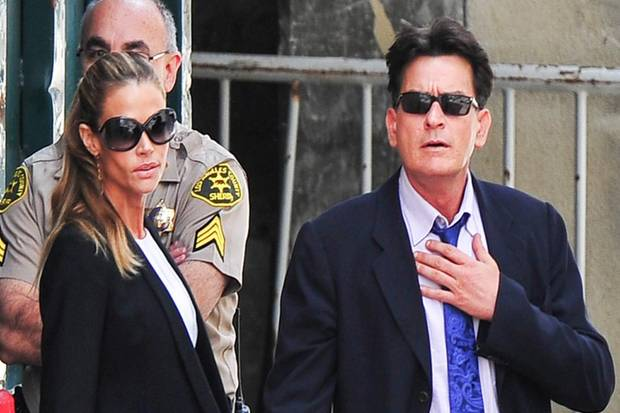 Denise Richards und Charlie Sheen erscheinen gemeinsam vor Gericht, um das Sorgerrecht für Charlies Kinder mit Brooke Mueller zu klären.