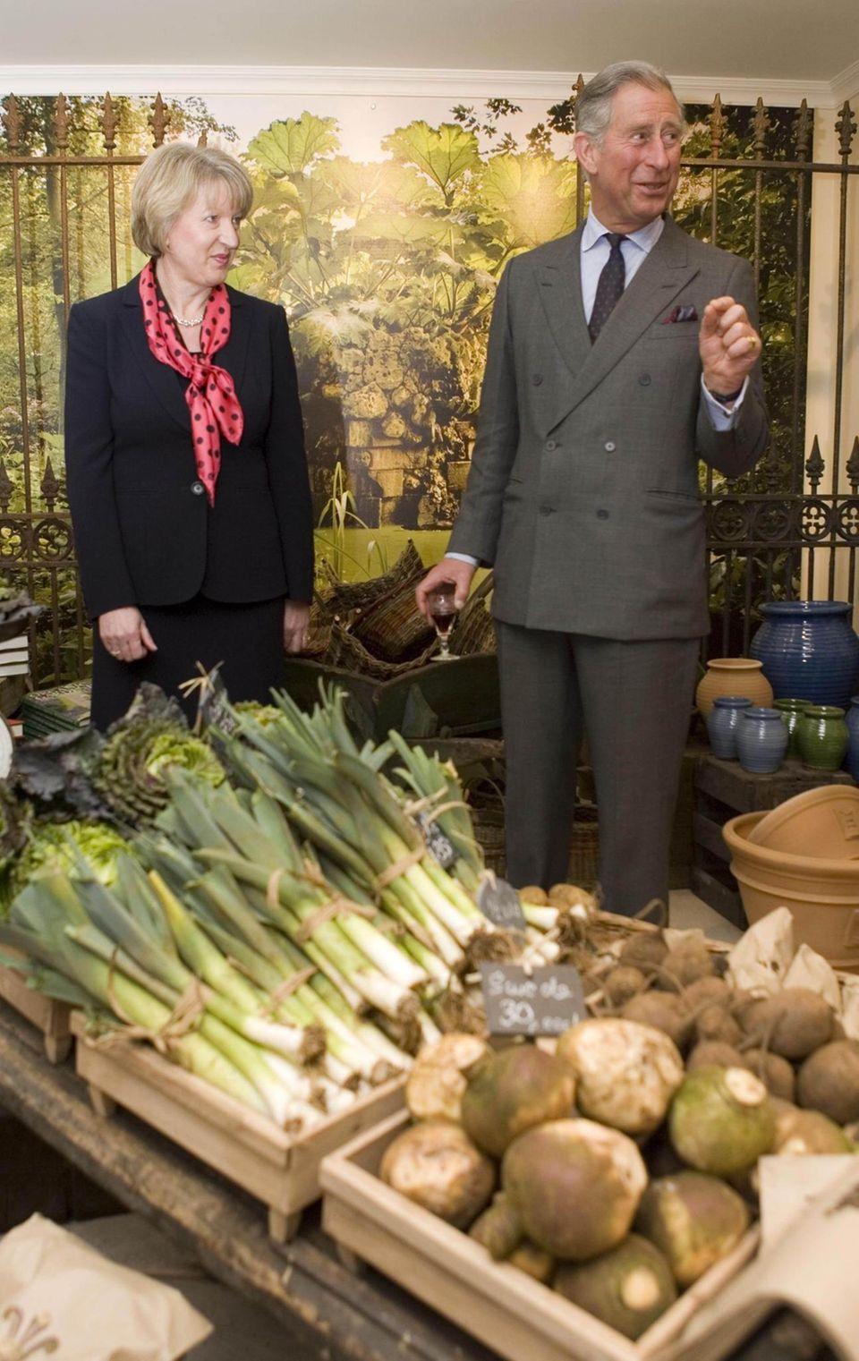 """Der """"Veg Shed""""-Laden musste schließen, aber Prinz Charles und seine Firma haben noch andere, gut gehende Läden. Hier eröffnet der Prinz 2008 einen der """"Highgrove""""-Shops und wirft ein Blick auf das Angebot."""