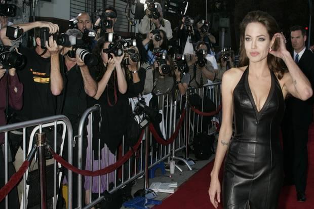 """Die alte Angelina im Jahr 2005 bei einer Premiere des Films """"Mr. & Mrs. Smith"""" in Los Angeles. ZU diesem Zeitpunkt ist sie zwar schon Mutter von Maddox. Doch die Welt sieht in ihr vor allem die sexy Actionheldin. Während der Dreharbeiten zum Film traf sie Brad Pitt. Der sah mehr in ihr."""