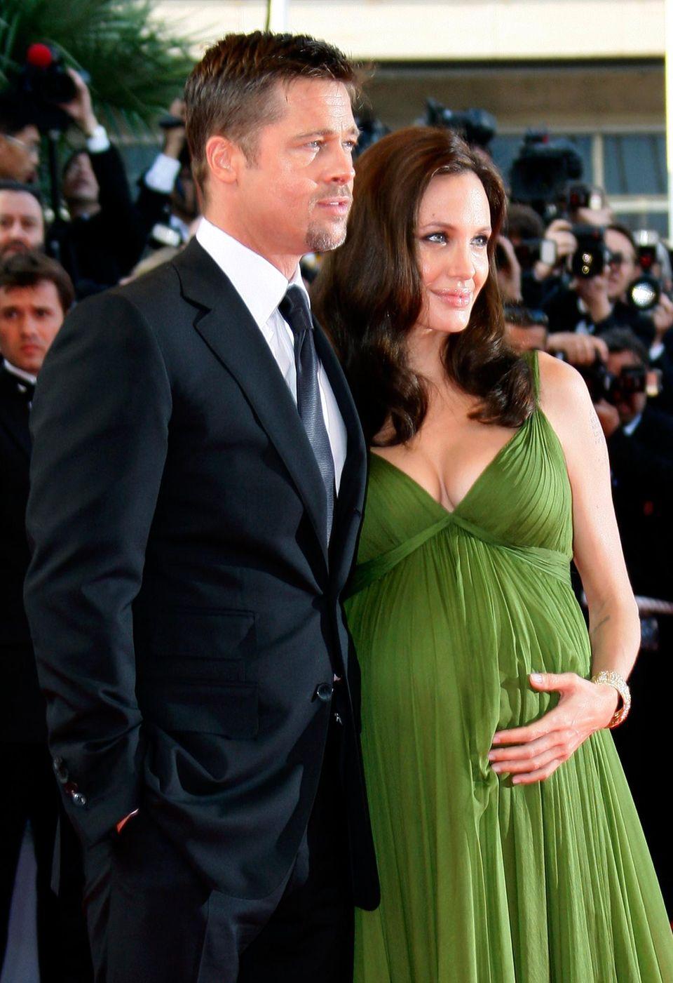 """Überaus weiblich: Brad Pitt und seine hochschwangere Partnerin Angelina Jolie dei den Filmfestspielen von Cannes im Jahr 2008. Zwei Monate später bringt Angelina die Zwillinge Knox und Vivienne zur Welt. Auf dem Titelbild des """"W Magazine"""" wird sie samt ihrer Brust - in den USA höchst umstritten - im September beim Stillen zu sehen sein."""