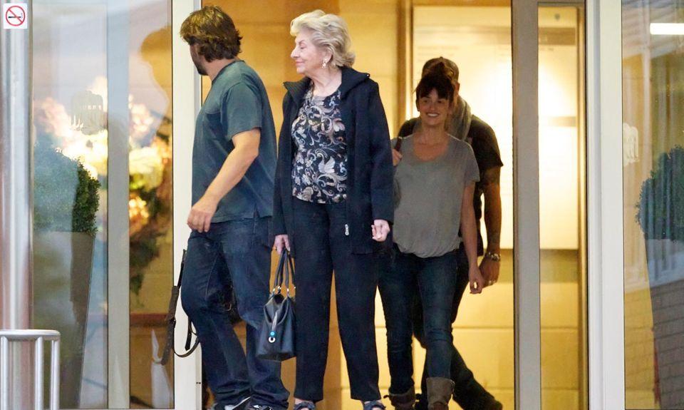 Glückliche Gesichter: Javier Bardem, Encarna Sánchez, Penélope Cruz und Eduardo Cruz haben den neuen Familienzuwachs im Krankenhaus besucht.