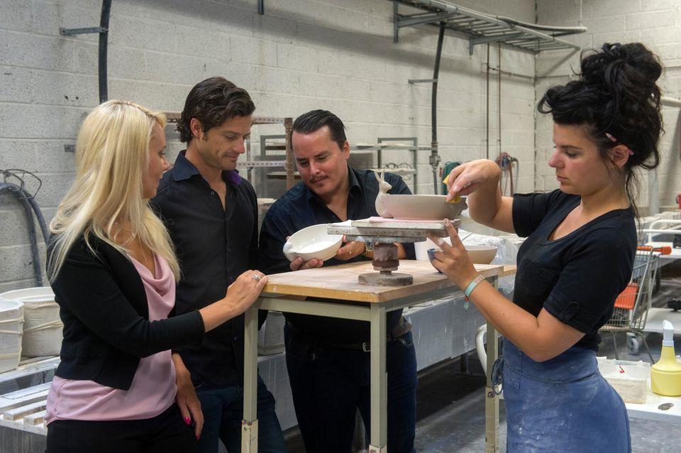 In der Porzellanfabrik überwacht Prinz Carl Philip gemeinsam mit seinem Kollegen Oscar Kylberg die Fertigung der ersten Teile ihrer Porzellan-Serie mit Tiermotiven.