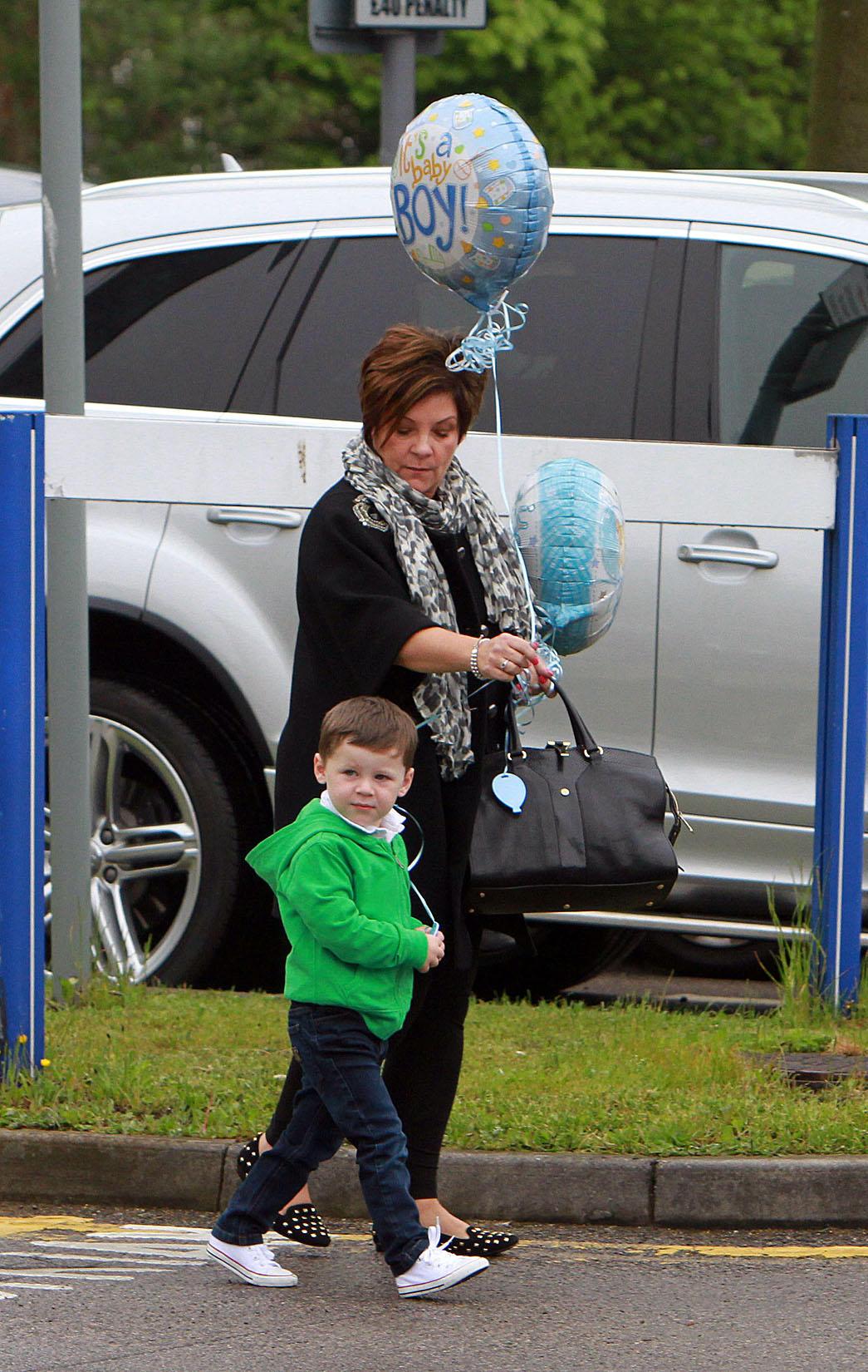 Kai Rooney ist mit Oma Colette McLoughlin auf dem Weg zu Mama Coleen ins Krankenhaus.