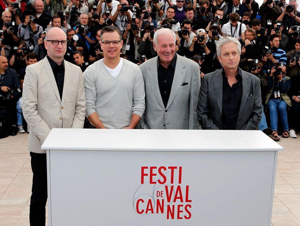 """Stellen """"Behind the Candelabra"""" in Cannes vor: Regisseur Steven Soderbergh, Matt Damon, Produzent Jerry Wintraub und Michael Douglas"""