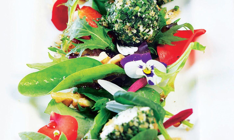 Blütensalat in Rosenhonig-Vinaigrette mit Ziegenkäsepralinen