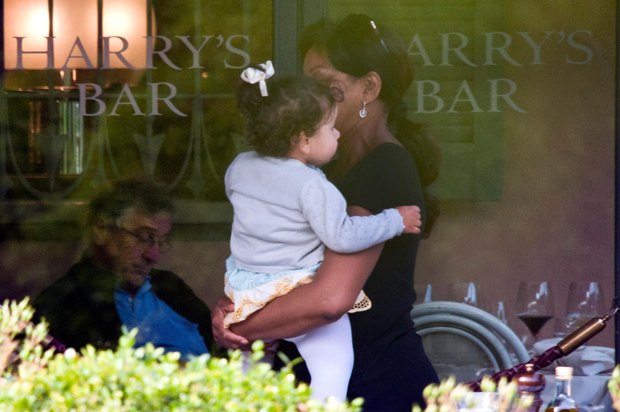 """Während Robert de Niro noch in """"Harrys Bar"""" entspannt, trägt seine Frau Grace Hightower die gemeinsame Tochter Helen Grace auf dem Arm."""