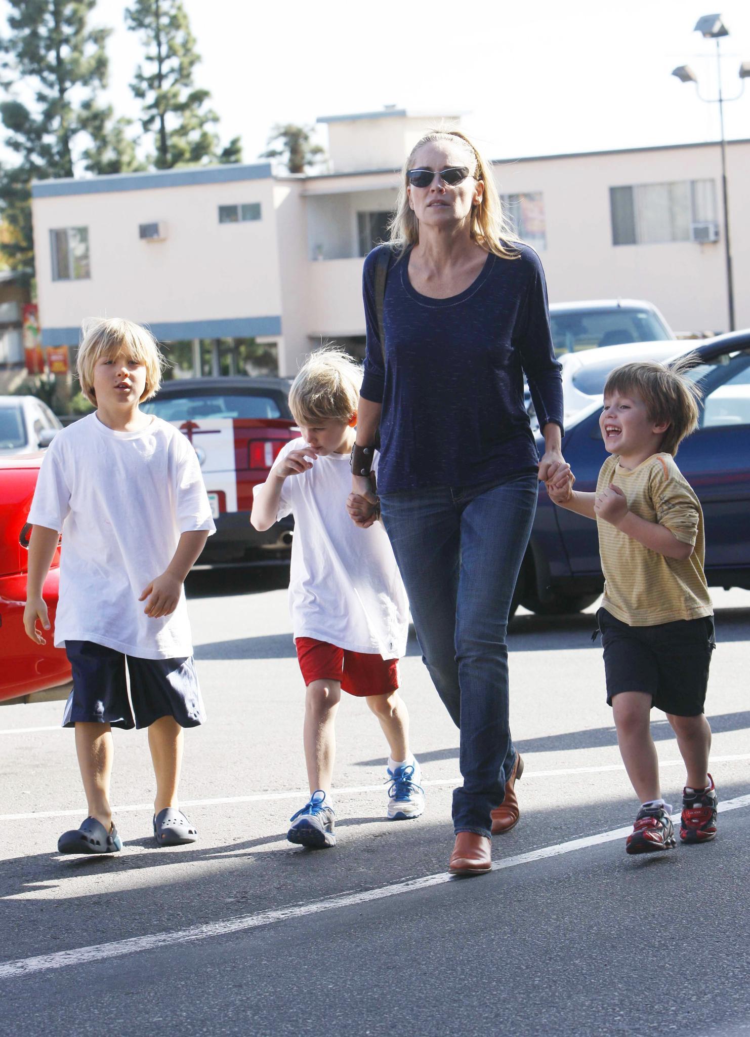 """Ihre Fixpunkte: Sharon Stone mit den Adoptivsöhnen Roan, 12, Laird, 8, und Quinn, 6. """"Sie aufwachsen zu sehen hat aus mir einen neuen Menschen gemacht"""", sagt sie."""
