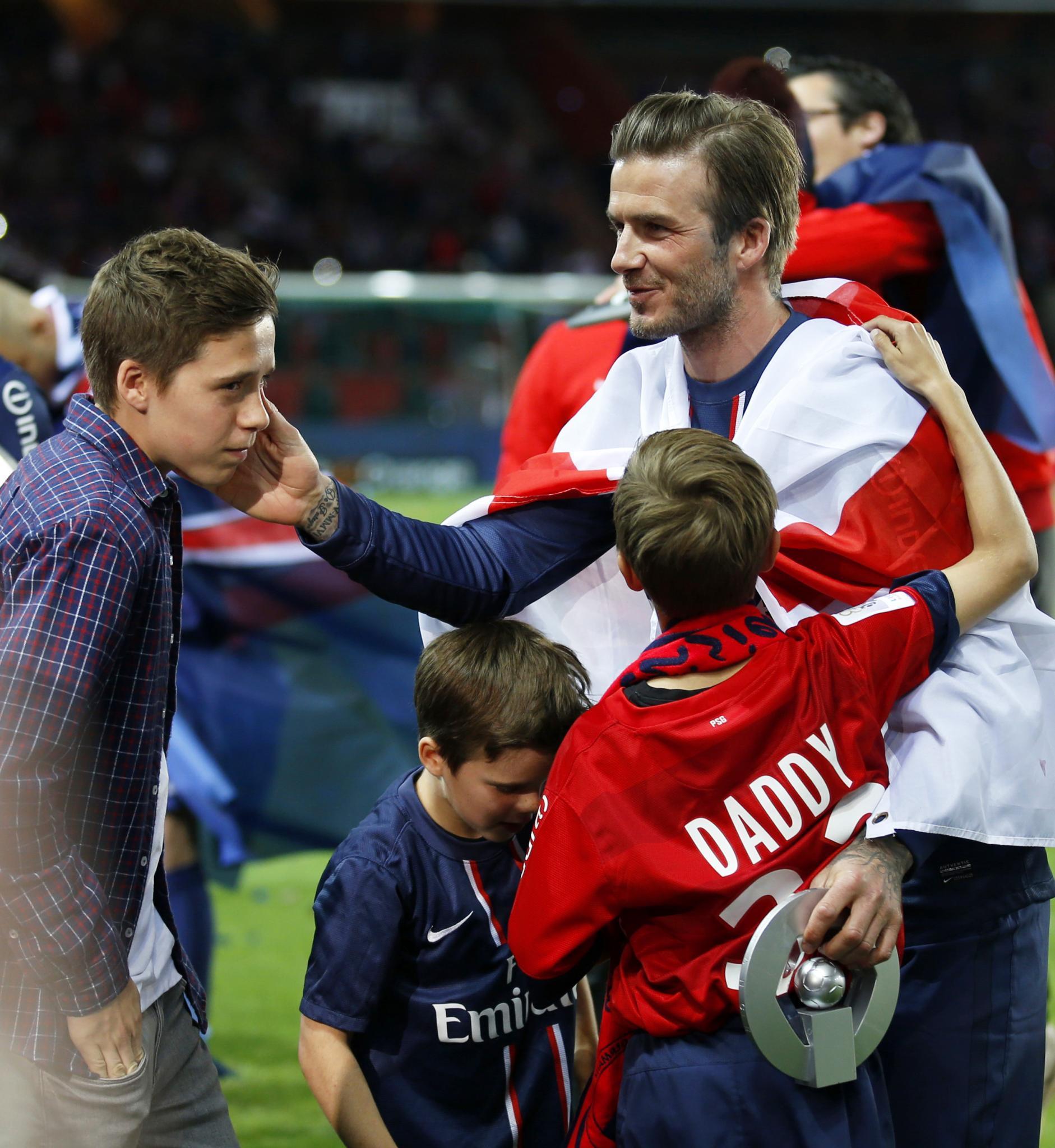 Sein ganzer Stolz: David Beckham liebt alle seine Kinder - in puncto Fußball setzt er aber in erster Linie auf Brooklyn. Bei seinem Abschied in Paris am Wochenende strich er ihm sanft über die Wange. Daneben Brooklyns Brüder Cruz, 8, und Romeo, 10.