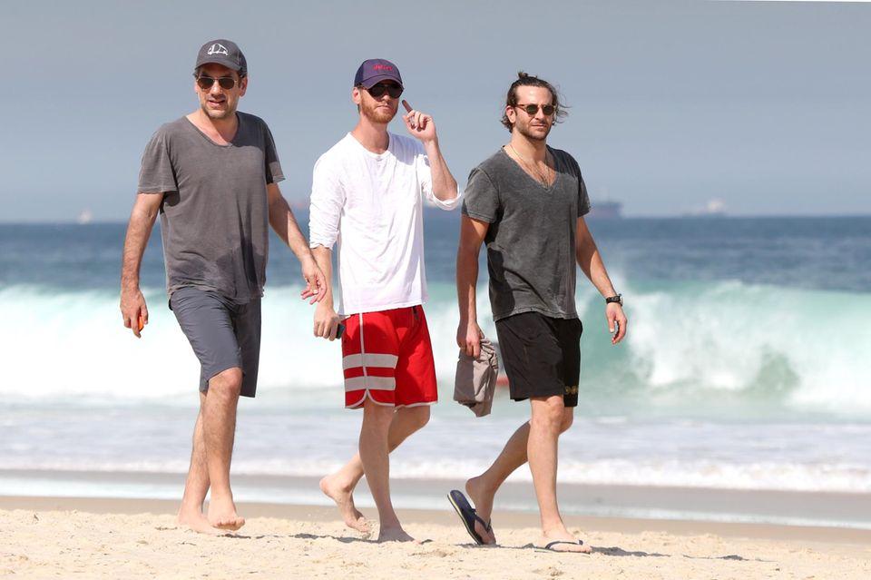Auch Bradley Cooper genießt die Sonne am Ipanema Strand. Er ist mit Regisseur Todd Phillips unterwegs.