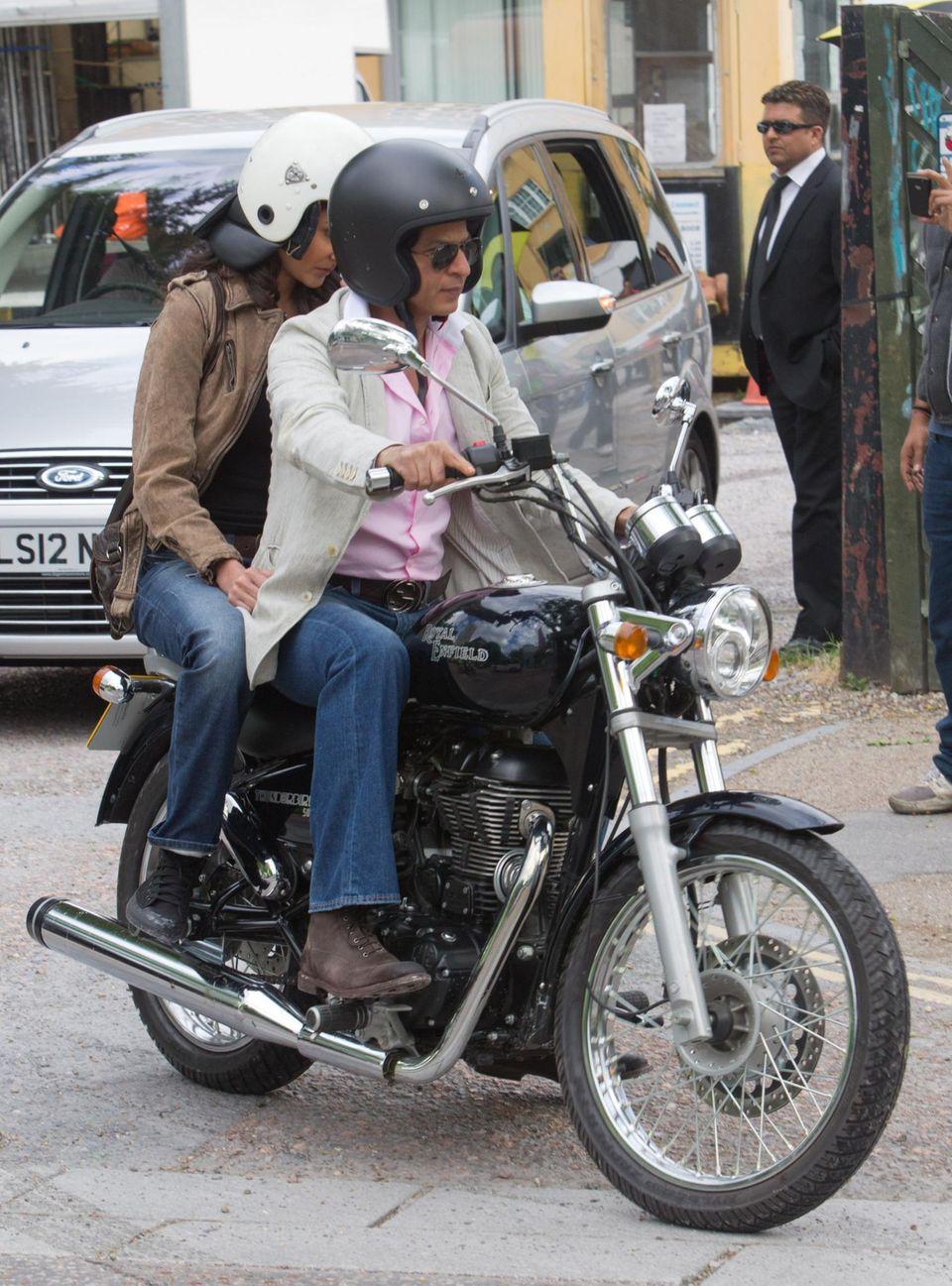 Shah Rukh Khan macht die Stunts für seine Filme meist selbst. Eine Tour auf dem Motorrad, wie hier bei Dreharbeiten im Juni 2012 in London, ist da noch harmlos.