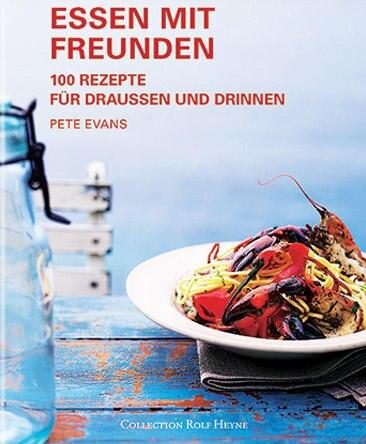 """Kochen für Freunde macht doppelt Spaß. Das weiß auch Gastronom und Profikoch Pete Evans. In seinem neuen Buch serviert er Gerichte für drinnen und draußen und spannt den kulinarischen Bogen von marokkanischer Tajine mit Stubenküken bis zum Zuckerrohr-Garnelen- Spieß. (""""Essen mit Freunden"""", Collection Rolf Heyne, 224 S., 29,90 Euro)"""