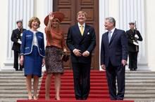 In Schloss Bellevue in Berlin heißen Bundespräsident Joachim Gauck und seine Frau Daniela Schadt den königlichen Besuch aus den Niederlanden herzlich willkommen.