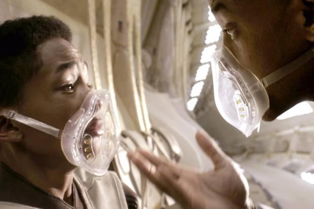 """""""After Earth"""" ist im Kern ein Familiendrama, in dem es um die Beziehung zwischen dem Offizier Cypher Raige (Will Smith, rechts) und seinem Sohn Kitai (Jaden Smith, links) geht."""