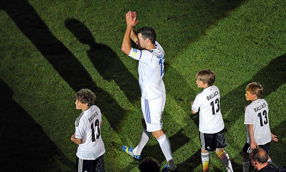 """Gemeinsam mit seinen Söhnen Louis, Emilio und Jordi drehte Michael Ballack zu den Klängen von """"My Way"""" eine Ehrenrunde durch das ausverkaufte Leipziger Stadion."""