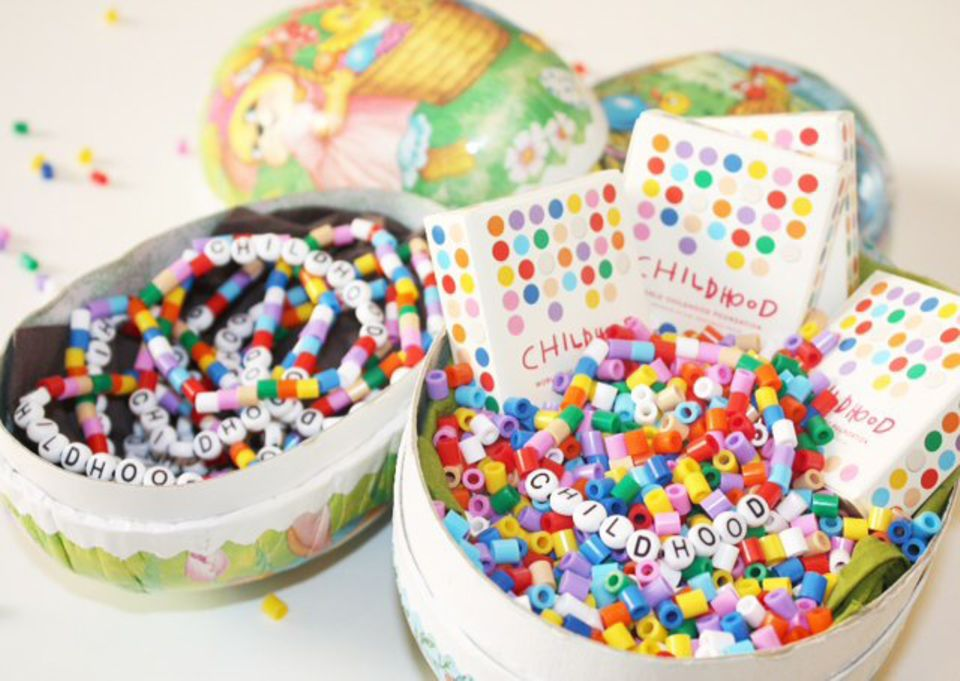 """Mit diesem Foto der bunten """"World Childhood Foundation""""-Armbänder wünschte Prinzessin Madeleine via Facebook ihren Freunden fröhliche Ostern."""