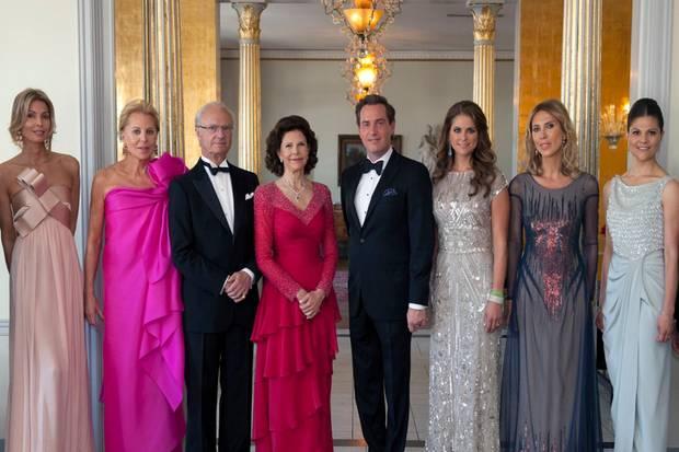 Gemeinsam mit der der Mutter (2.v.l) und den Schwestern des Bräutigams posierte die schwedische Königsfamilie noch für ein offizielles Dinner-Foto.