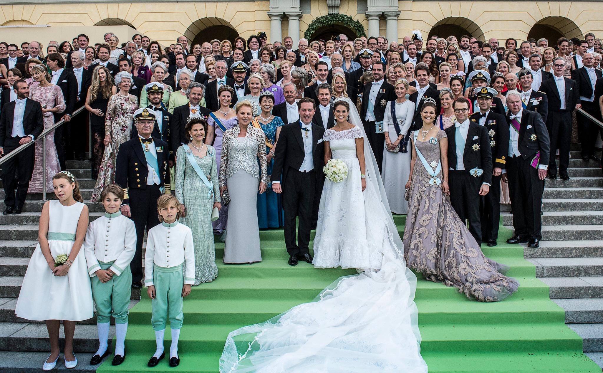 Das große Abschlussbild auf der Treppe vor Schloss Drottningholm, wo das Galabankett zu Ehren des Brautpaares stattfindet.