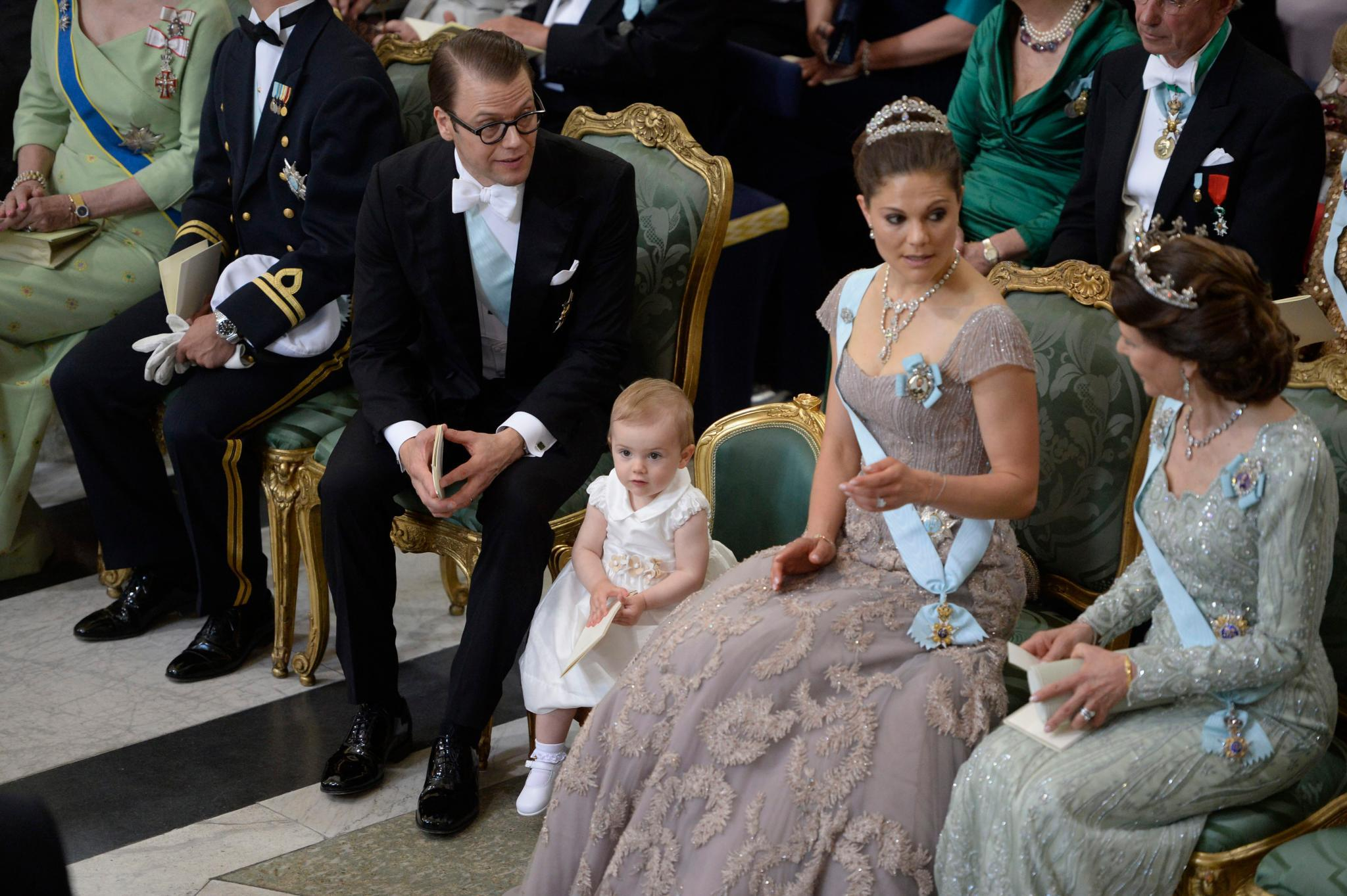 Ministuhl für eine kleine Prinzessin. Estelle benimmt sich während des Gottesdienstes mustergültig.