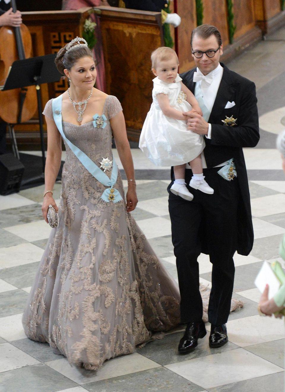 Prinzessin Victoria mit Töchterchen Estelle und Ehemann Prinz Daniel.
