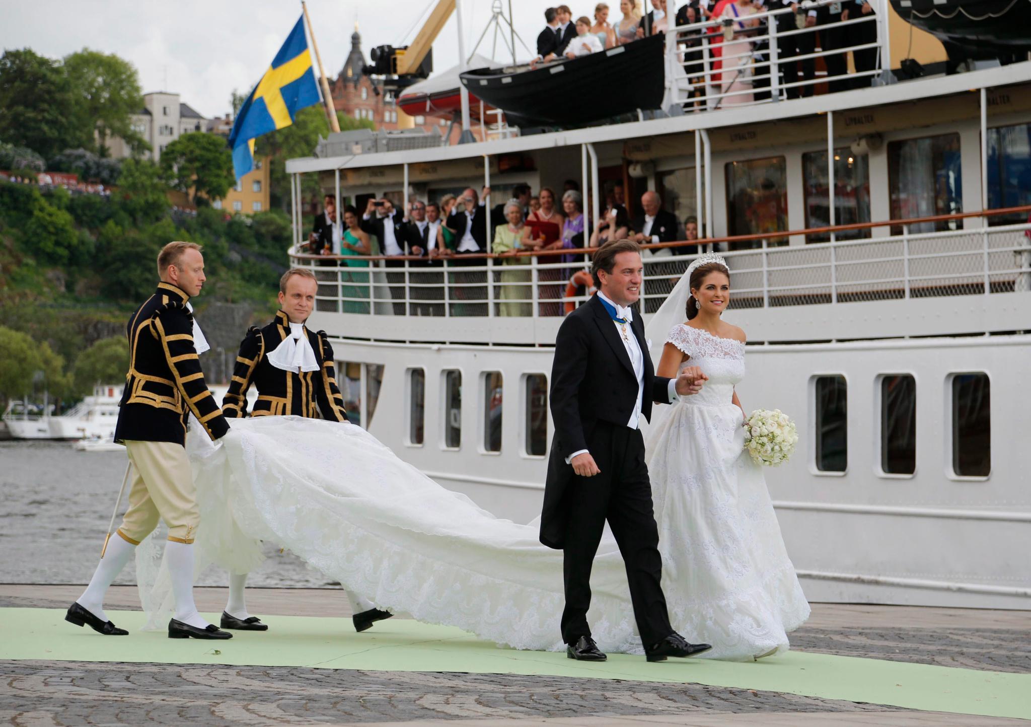Nach der Kutsche geht's an Bord eines Dampfschiffes, auf dem schon viele Gäste auf das Brautpaar warten.