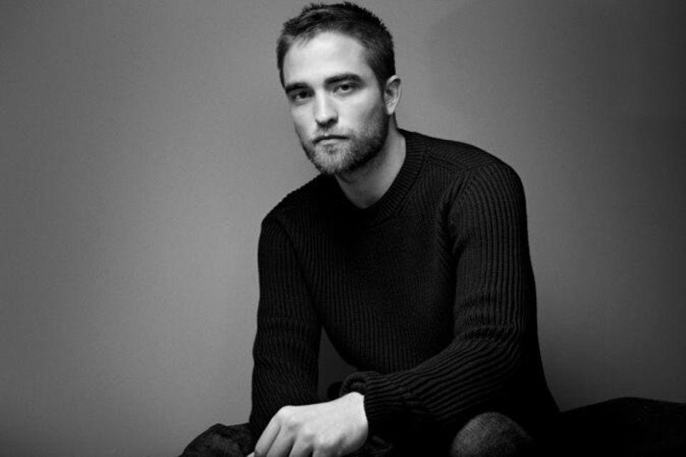 """Robert Pattinson wirbt mit düsterer Miene für den Herrenduft """"Dior Homme""""."""