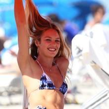 Doutzens Kollegin Candice Swanepoel räkelt sich in einem blau-weißen Batik-Bikini auf einer Strandliege, ebenfalls in Miami Beach.