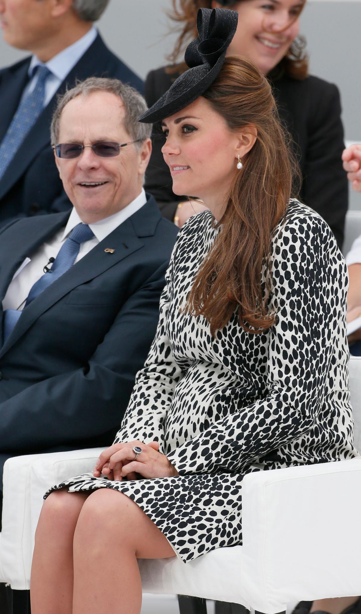 Sichtbar rund und ein bisschen erschöpft sitzt Herzogin Catherine während der Schiffstaufe-Zeremonie auf ihrem Platz.