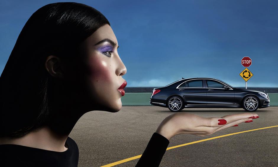 Zeitlos schön und elegant: Sui He küsst die neue Mercedes Benz S-Klasse. Die Kampagne wurde von der ehemaligen Chefredakteurin der französischen Vogue, Carine Roitfeld, gestaltet.