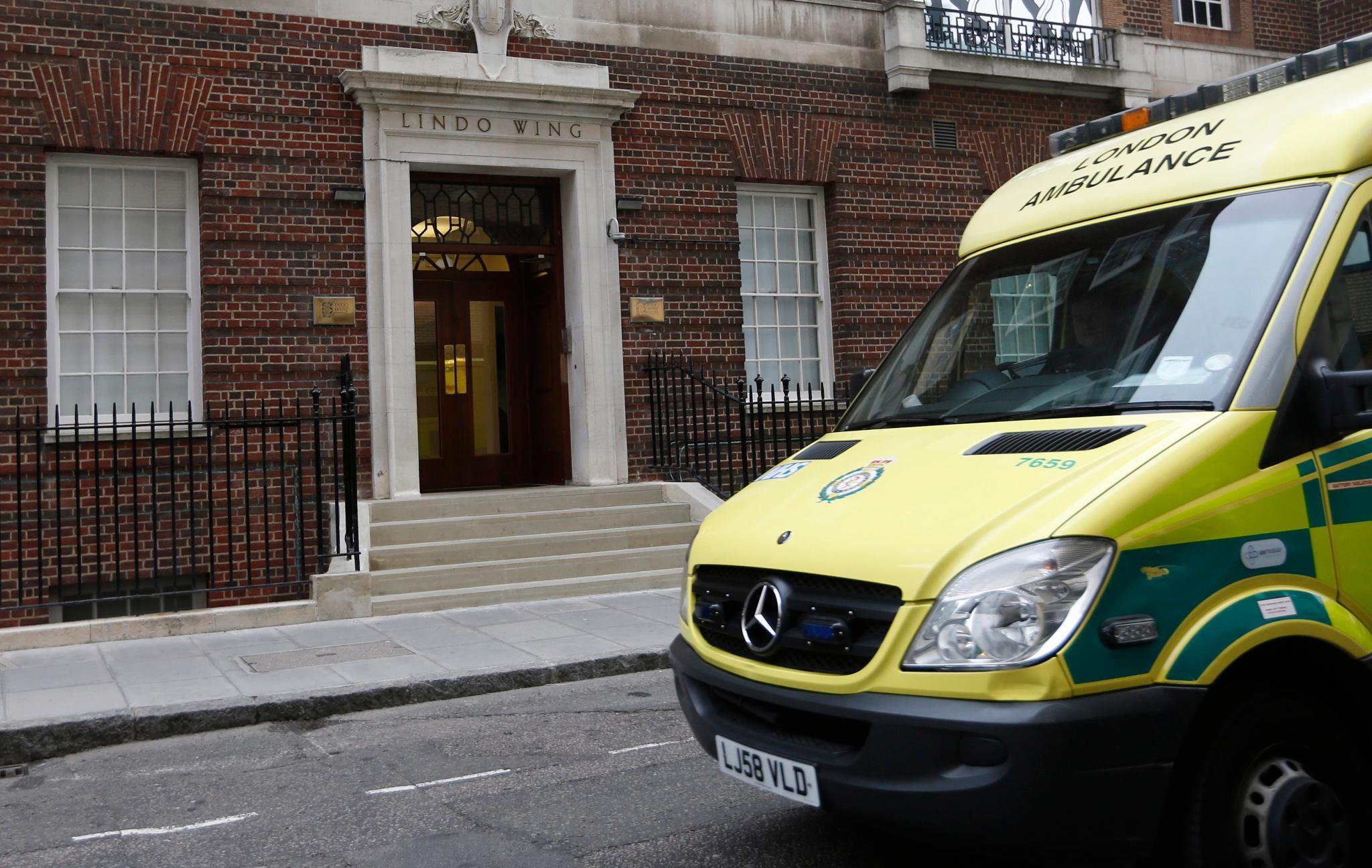 """Ganz zu Anfang ihrer Schwangerschaft musste sich Herzogin Catherine wegen Übelkeit behandeln lassen und wählte eine Privatklinik in London, das """"King Edward VII Hospital"""". Zur Entbindung wird sie aber ins gleiche Krankenhaus gehen, in dem schon Prinz William geboren wurde und dort - wie damals Prinzessin Diana - im """"Lindo Wing"""" ein Zimmer beziehen."""