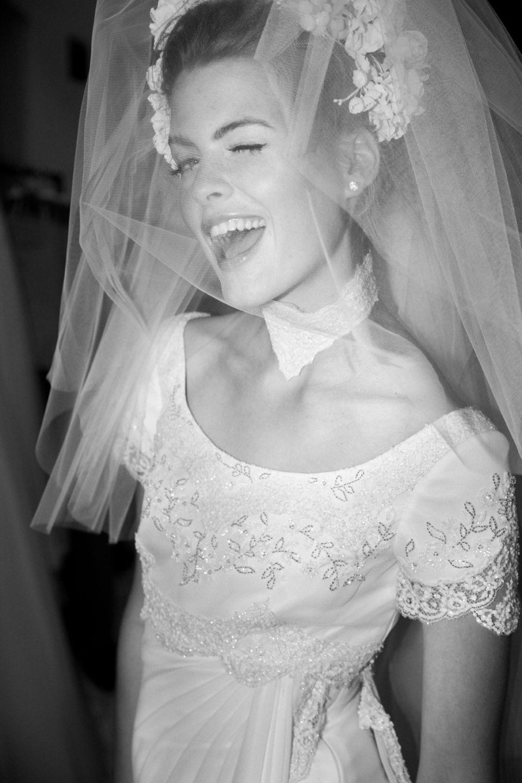 Showtime! Model Josephine Skriver in einem prachtvollen Outfit auf dem Weg zum Catwalk. Auch der ist ganz in Weiß gehalten.