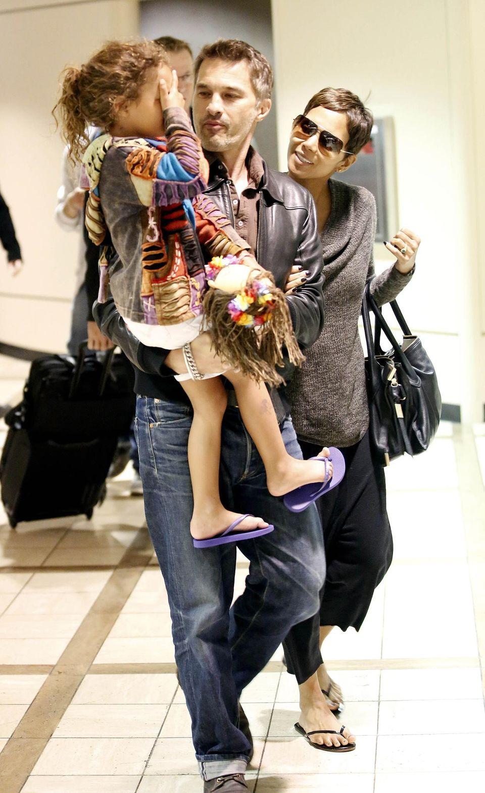 1. April 2013: Halle Berry, Olivier Martinez und Nahla kommen aus dem Osterurlaub zurück, den sie auf Hawaii verbracht haben.