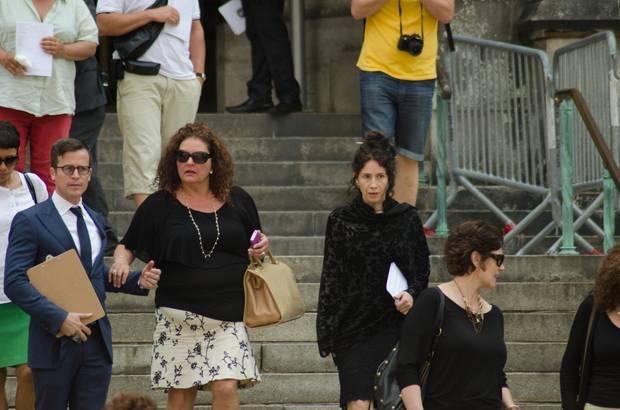 """Auch Gandolfinis """"Sopranos""""-Kollegen kamen zur Trauerfeier. Darunter zum Beispiel Aida Turturro, die in der Serie """"Janice Soprano"""" spielte (links, mit Sonnenbrille)."""