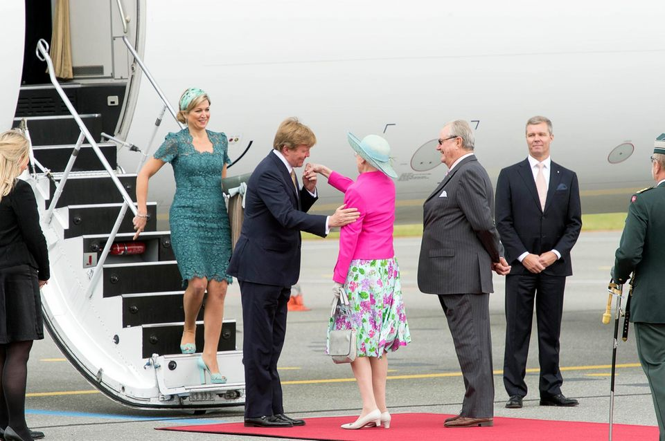 Nach der Reise durch die Provinzen geht der Terminmarathon weiter: Am 25. Juni flogen König Willem-Alexander und Köngin Máxima zum Antrittsbesuch nach Dänemark. Königin Margrethe und Prinz Henrik empfingen die beiden am Flughafen.