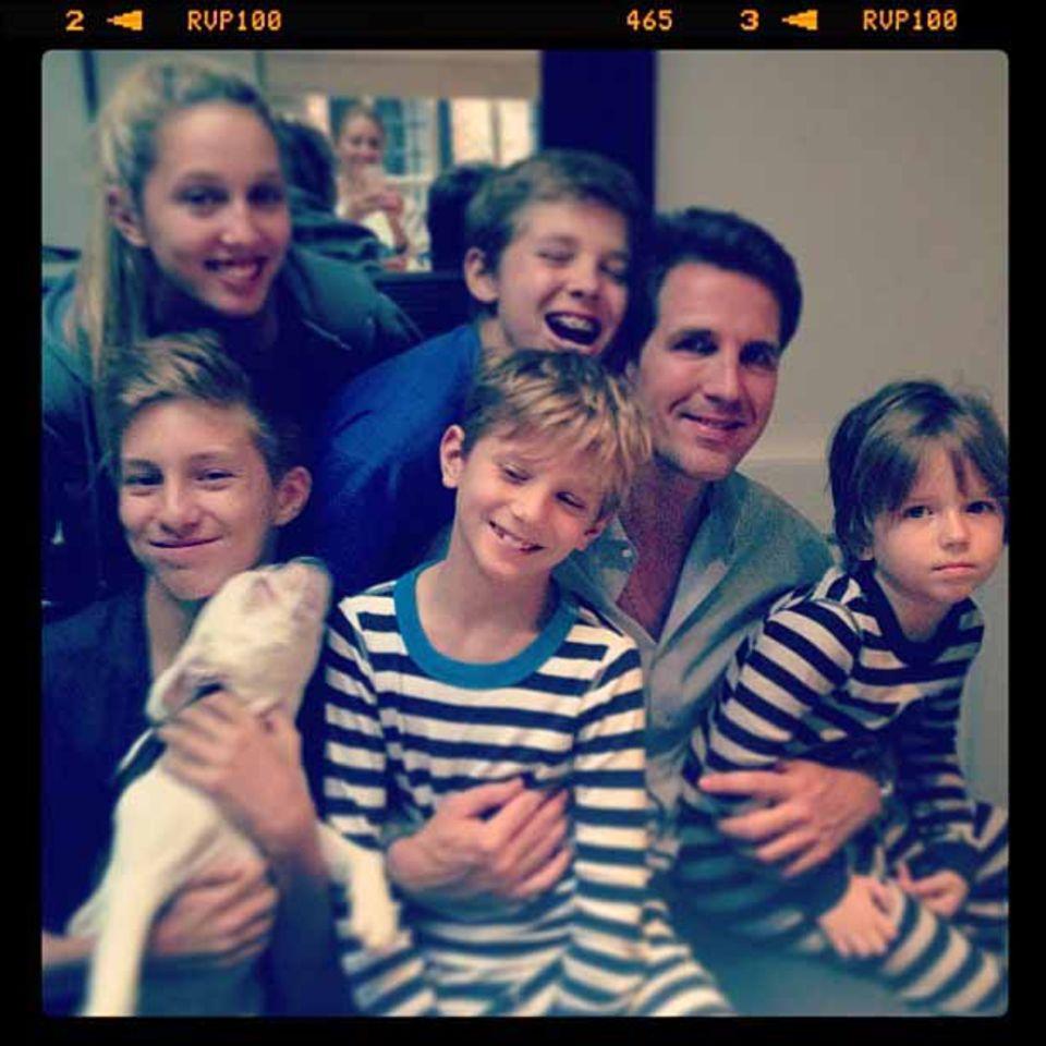 Beim Familienfoto zu Prinz Pavlos Geburtstag darf natürlich der Hund auch nicht fehlen.