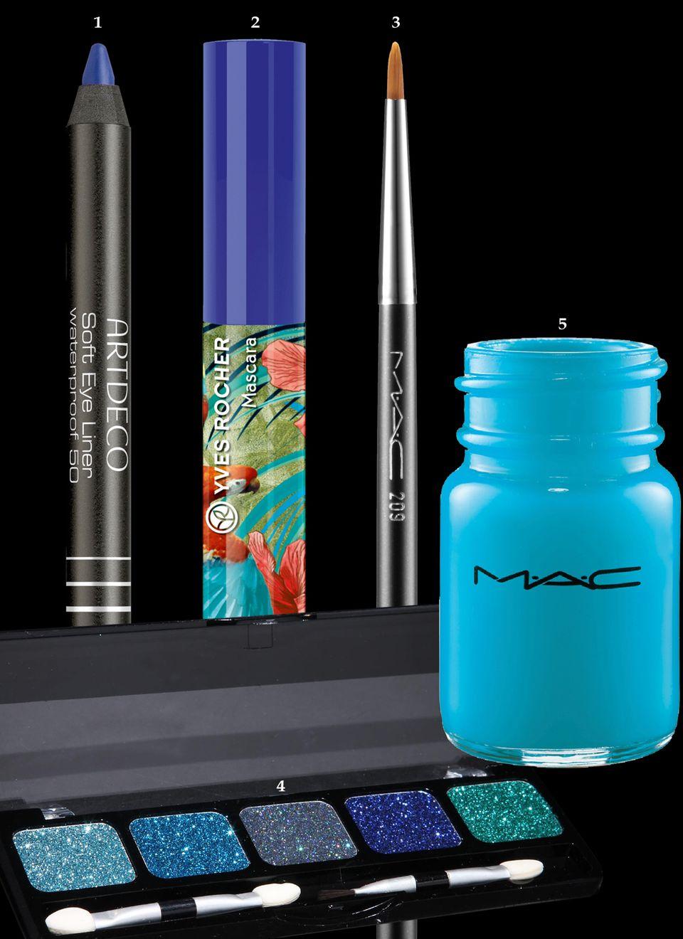 """1. Wasserfester Kajalstift """"Soft Eye Liner – Cobalt Blue"""" von Artdeco, ca. 7 Euro, limitiert; 2. Für lange Wimpern in Ozeanblau """"Mascara Retropical"""" von Yves Rocher, ca. 4 Euro, limitiert; 3. Pinsel zum Auftragen von Flüssig- und Creme-Produkten """"Eye Liner Brush 209"""" von Mac, ca. 21 Euro; 4. Glitzer-Lidschatten-Palette """"Ocean"""" von NYX, ca. 9 Euro, über www.urbanoutfitters.de; 5. Nass-Trocken-Pigmente für Augen, Wimpern, Lippen """"Hi-Def Cyan"""" von Mac, ca. 23 Euro"""