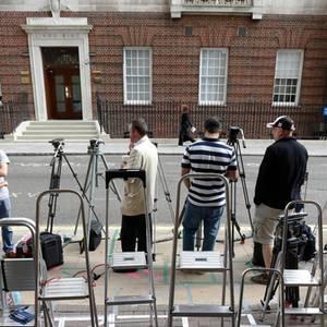 Vor der Tür des Lindo-Flügels im Londoner Krankenhaus St. Marys haben sich pünktlich mit Juli-Beginn schon Fotografen und Kamerateams die besten Plätze gesichert. Irgendwann wird Prinz William vermutlich hier durch die Tür treten, um von seinem baby zu erzählen. Derzeit ist Catherine allerdings noch nicht einmal im Krankenhaus.