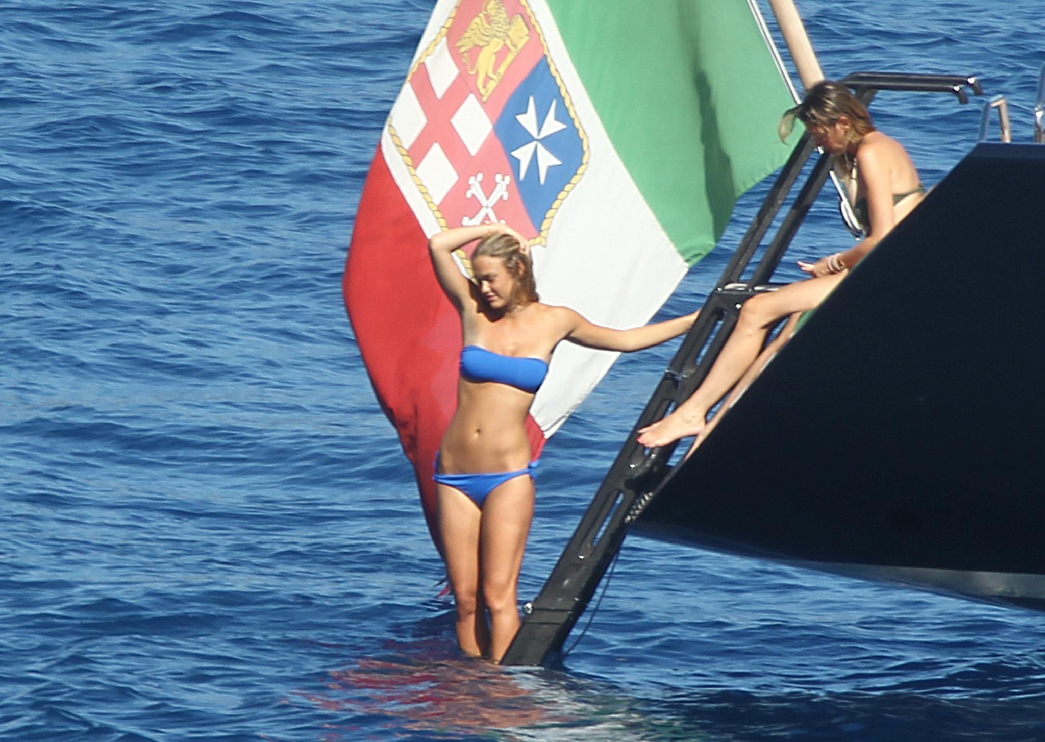 Bar Refaeli klettert vorsichtig von ihrer Segeljacht ins Wasser. Die Meernixe hat es gut: Bei Portofino gibt es keine schönen Strände, nur spektakuläre Küstenlandschaft.