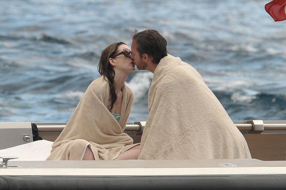 Anne Hathaway küsst ihren Mann Adam Shulman nach einem Bad im Meer.