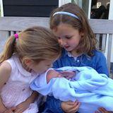 Auf diesem vom stolzen Papa selbst geschossenen Bild ist der kleine Jan Willem noch am Tag seiner Geburt in den Armen seiner Schwestern Magali und Eliane zu sehen.