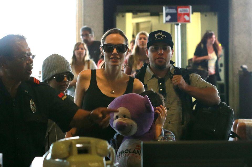 Angelina Jolie mit Maddox und Pax am Flughafen von Honolulu.