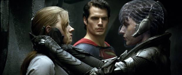 """Szene aus """"Man of Steel"""": Faora (r.) nimmt Lois Lane (Amy Adams) und Superman (Henry Cavill) in die Mangel."""