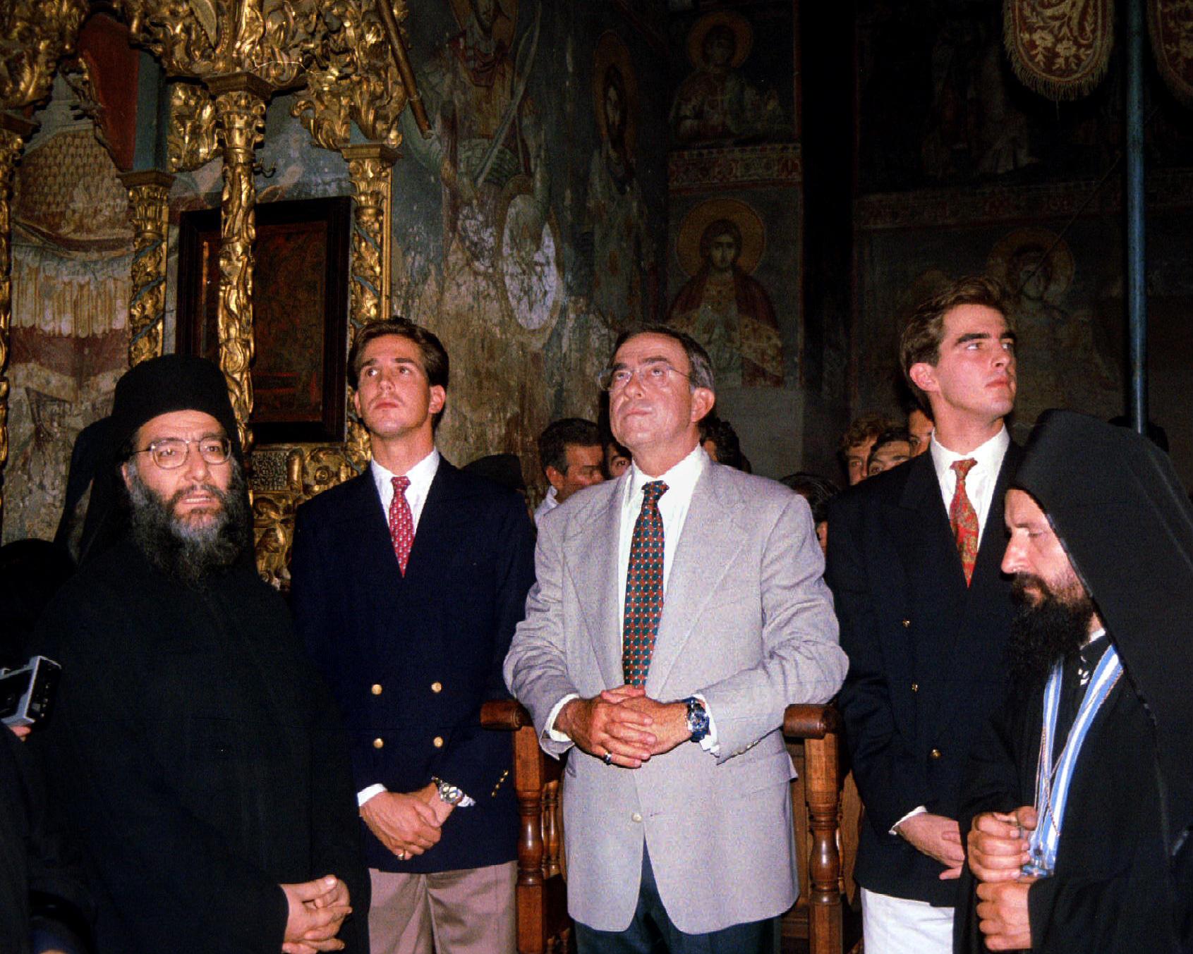 1993 reiste König Konstantin (hier mit seinen Söhnen Pavlos und Nikolaos) nach Griechenland. Durch die Präsenz von Militär rund um die Jacht des Exil-Monarchen beendete die Regierung seine Reise früher als geplant.