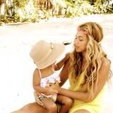 Mit Mama am Strand: Beyoncé zeigt auf ihrer Webseite, wie die beiden einen freien Tag verbringen.