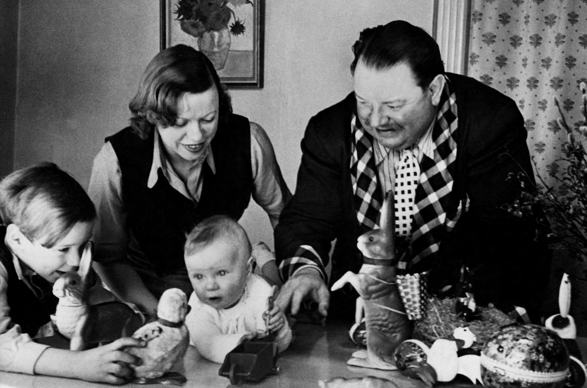 Götz um 1938 mit dem Vater, Mutter Berta Drews und Bruder Jan.