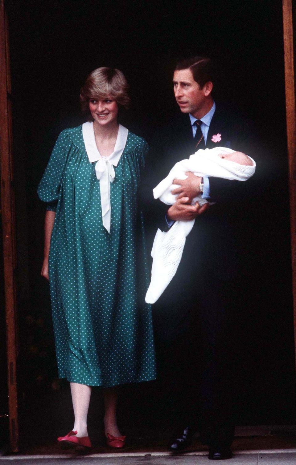Prinzessin Diana und Prinz Charles mit Prinz William im Arm