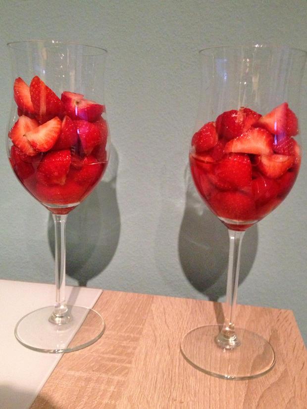 Simpel, aber super lecker: Erdbeeren in Himbeer-Balsamicoessig.
